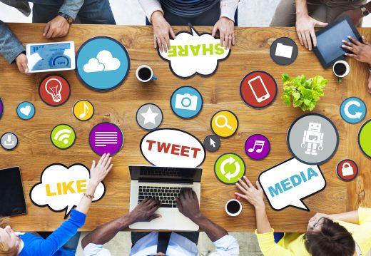 Table autour de laquelle des travailleurs naviguent sur les réseaux sociaux